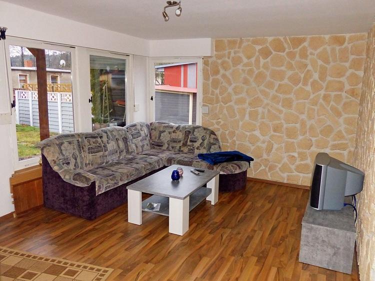 Blick vom Esstisch ins Wohnzimmer