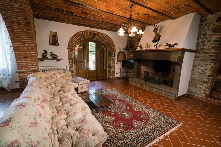 Wohnzimmer mit großem Kamin