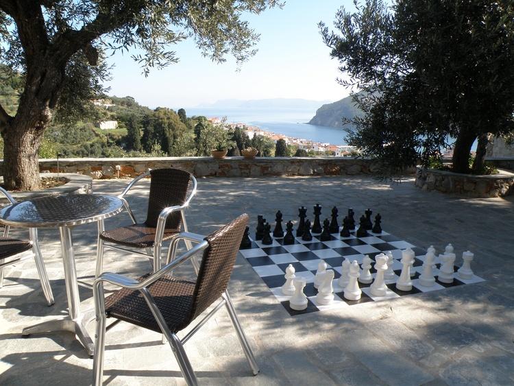 spielen Sie eine Partie Schach im Schatten der Olivenbäumen und herrlicher Aussicht