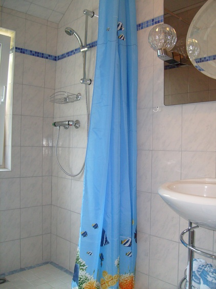 Kleines Tageslichtbad mit ebenerdiger Dusche
