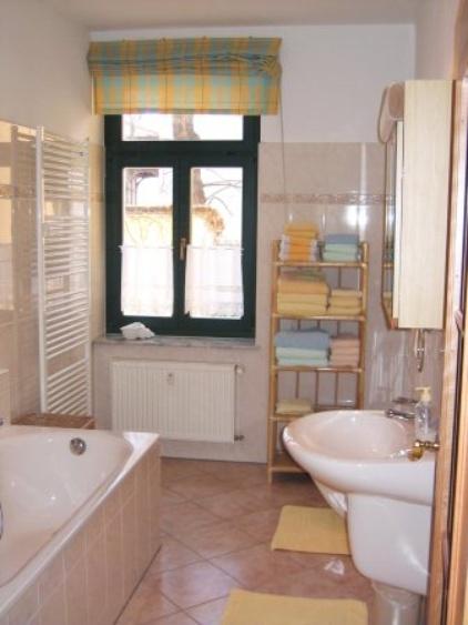 Elegant Bathroom with shower und tub