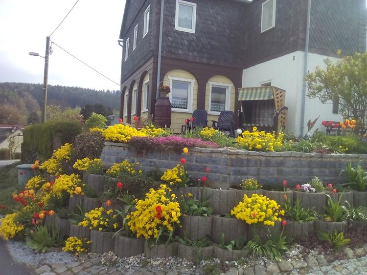 Terrasse mit Liegen und Strandkorb