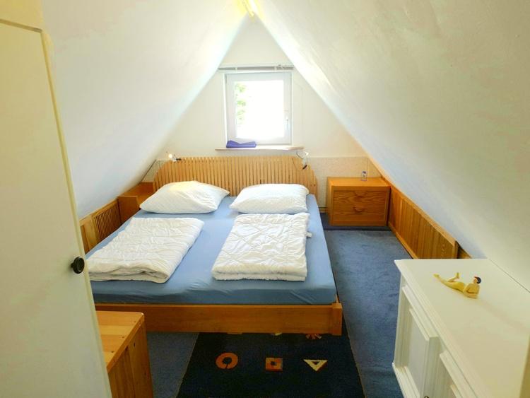 Kajüt-Schlafzimmer im Spitzboden, gute Stehhöhe